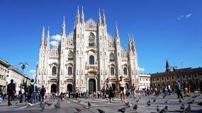 米兰,意大利- 2017年9月12日:Piazza del Duomo广场与与天蓝色e白色云彩的游人晴天,米兰,意大利 免版税图库摄影