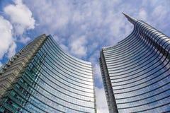 米兰,意大利- 2016年10月05日:Unicredit银行玻璃摩天大楼耸立2016年10月05日在米兰,意大利 免版税图库摄影