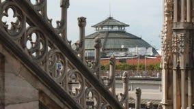 米兰,意大利- 2016年5月:从中央寺院大教堂尖顶看见的圆顶场所维托里奥・埃曼努埃莱・迪・萨伏伊顶面圆顶屋顶,全景 股票录像