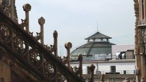 米兰,意大利- 2016年5月:从中央寺院大教堂尖顶看见的圆顶场所维托里奥・埃曼努埃莱・迪・萨伏伊顶面圆顶屋顶 股票录像