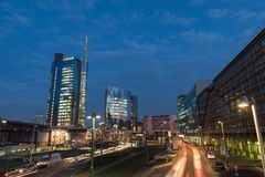 米兰,意大利 广场在黄昏的Gael Aulenti,与最高的摩天大楼在意大利 重要财政区 免版税库存图片