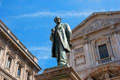 米兰,意大利- 2016年5月25日:亚历山达罗・孟佐尼雕象-1785 -1873 -意大利诗人和小说家在米兰 免版税库存图片