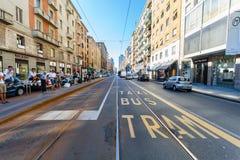 米兰,意大利- 2016年9月06日:公共汽车、火车、出租汽车驻地在突尼斯街道(维亚莱突尼斯)上和一部分看法的 库存图片