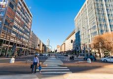 米兰,意大利- 2016年9月07日:在位于Vittor Pisani街的城市米兰的企业零件的早晨通过Vittor Pisani 免版税库存图片