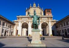 米兰,意大利- 2016年9月12日:在圣洛伦佐马焦雷大教堂的看法皇帝康斯坦丁雕象  库存照片
