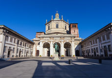 米兰,意大利- 2016年9月12日:在圣洛伦佐马焦雷大教堂的看法皇帝康斯坦丁雕象  免版税库存照片
