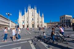 米兰,意大利- 2016年9月06日:在广场del Duomo和中央寺院大教堂的看法在米兰 很多游人和鸽子o 库存图片