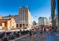 米兰,意大利- 2016年9月06日:少妇在现代穿戴了,并且时尚光礼服在广场圣Babila走 库存图片