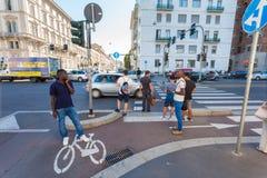 米兰,意大利- 2016年9月06日:步行者等待红绿灯绿灯在交叉路的大道Buenos空气的 库存图片