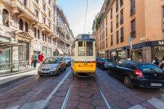 米兰,意大利- 2016年9月06日:汽车和公共交通工具交通在狭窄的塞萨尔Correnti街道上通过塞萨尔Correnti 图库摄影