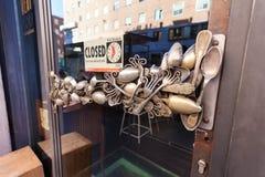 米兰,意大利- 2016年9月12日:由葡萄酒叉子和减速火箭的匙子做的异常的咖啡馆` s门把手 免版税图库摄影