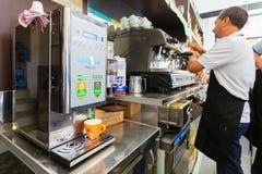米兰,意大利- 2016年9月07日:Barista早晨准备在一个小舒适咖啡馆的咖啡在米兰 真正的活咖啡maki 免版税库存图片