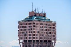 米兰,意大利2015年3月27日:Velasca塔历史的摩天大楼在从中央寺院屋顶大阳台的米兰 免版税库存照片