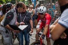 米兰,意大利2015年5月31日;专业骑自行车者在米兰疲倦了在结束转帐服务以后D'Italia 免版税库存图片
