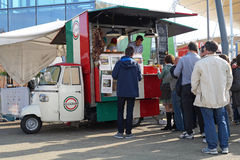 米兰,意大利2015年10月-16 :人们在一个推车典型地意大利街道食物中排队了 免版税库存图片