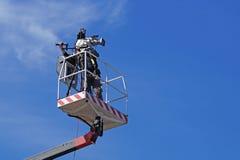 米兰,意大利2015年11月-10 :工作在一个空中工作台的摄影师 免版税库存图片