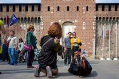 米兰,意大利- 9月28 :未认出的亚裔游人在9月28日做在Castello Sforzesco前面的照片 免版税库存图片