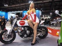 米兰,意大利- 11月9 :模型在摩托车摆在EICMA, 2017年11月9日的国际摩托车陈列 免版税库存照片