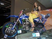 米兰,意大利- 11月9 :模型在马达自行车摆在EICMA, 2017年11月9日的国际摩托车陈列 库存图片