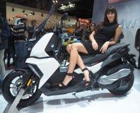 米兰,意大利- 11月9 :模型在马达自行车摆在EICMA, 2017年11月9日的国际摩托车陈列 免版税库存照片