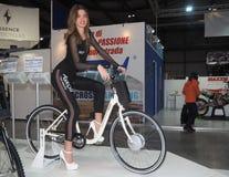 米兰,意大利- 11月9 :模型在马达自行车摆在EICMA, 2017年11月9日的国际摩托车陈列 免版税库存图片