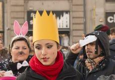 戴着一个轻的面具,米兰的少妇 免版税库存图片