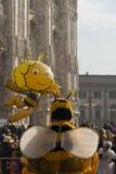 在大教堂,米兰外面的小的蜂 免版税库存图片