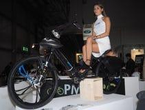 米兰,意大利- 11月9 :Beautifull模型在马达自行车摆在EICMA, 2017年11月9日的国际摩托车陈列 免版税库存图片