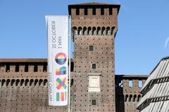 米兰,米兰castello sforzesco商展官员旗子 库存照片
