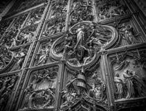 米兰,门细节中央寺院  库存图片