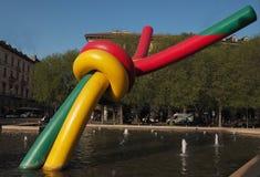 米兰, 2018年4月17日:与设施的现代雕塑在Piazzale 2018年4月的Cadorna Triennale的喷泉的,在米兰,意大利 库存照片