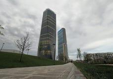 米兰, 2018年4月15日 Isosaki和Hadid在新的区域城市生活,米兰,伦巴第,意大利中耸立 库存图片