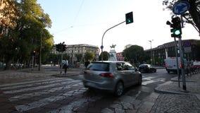 米兰, Cairoli Castello, 2017年9月5日-交通开始-绿色红绿灯 股票视频