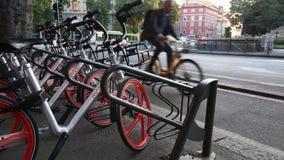 米兰, Cairoli Castello, 2017年9月5日- Mobike自行车停车处,中国自行车分享 组自行车 股票视频