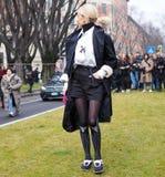 米兰- 2018年2月25日:摆在为街道的摄影师的时髦的女人在阿玛尼时装表演以后 库存照片