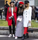 米兰- 2018年2月25日:摆在为街道的摄影师的时髦的女人在阿玛尼时装表演前,在米兰Fashi期间 库存照片