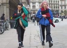米兰- 2018年2月25日:结合走在中央寺院正方形在MSGM时装表演前,在米兰时尚星期妇女f期间 库存图片