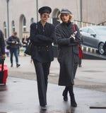 米兰- 2018年2月22日:走在街道的两个时髦的女人在列斯COPINS时装表演以后,在米兰时尚星期期间 库存照片