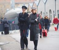 米兰- 2018年2月22日:走在街道的两个时髦的女人在列斯COPINS时装表演以后,在米兰时尚星期期间 免版税库存图片