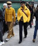 米兰- 2018年2月25日:走在街道的人在阿玛尼时装表演以后 库存图片