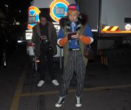 米兰-1月13日:摆在街道的一个异常人在凡赛斯时装表演以后,在米兰时尚星期人FALL/WINTER期间 库存图片