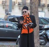 米兰-1月13日:摆在街道的一个时兴的人在尼尔毛尼雨衣时装表演前,在米兰时尚星期秋天/冬天期间 免版税库存图片