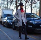 米兰-1月13日:走在街道的一个时兴的人在尼尔毛尼雨衣时装表演前,在米兰时尚星期秋天/冬天期间 免版税库存图片