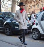 米兰-1月13日:走在街道的一个时兴的人在尼尔毛尼雨衣时装表演前,在米兰时尚星期秋天/冬天期间 库存图片
