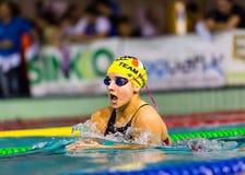 米兰- 12月23 :朱莉娅执行蛙泳的罗莎(意大利)在遇见2014年12月23日的游泳Brema杯在米兰 免版税库存图片