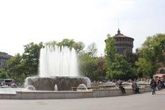 米兰Sforza城堡主要塔在背景和它的喷泉中 免版税库存图片