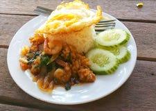 米冠上了用混乱油煎的虾和蓬蒿 库存照片