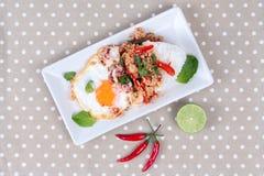 米冠上了用被搅动的剁碎猪肉,乌贼,蓬蒿并且油煎了egg& x28; 晴朗的up& x29;在棕色家庭用亚麻布 库存图片