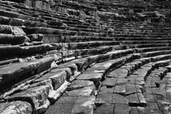 米利都、土耳其语Milet,剧院台阶和位子黑白视图在土耳其 库存图片