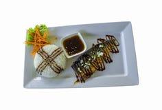 米和烤saba调味汁在一块白色板材在一白色backgrou 图库摄影